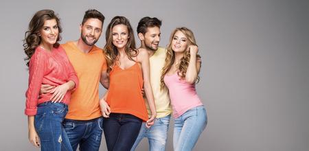 Gruppe lächelnde Freunde tragen modische Kleidung farbenfrohes