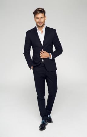 Portret van de knappe man in zwart pak Stockfoto