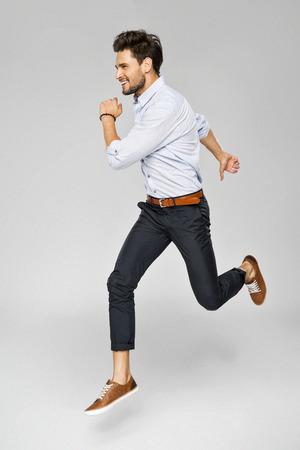 Knappe man springen Stockfoto - 61823816