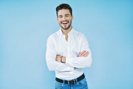 Sexy glimlachende knappe man met gekruiste armen Stockfoto - 62131172
