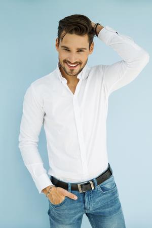 Modelo masculino sonriente atractiva Foto de archivo