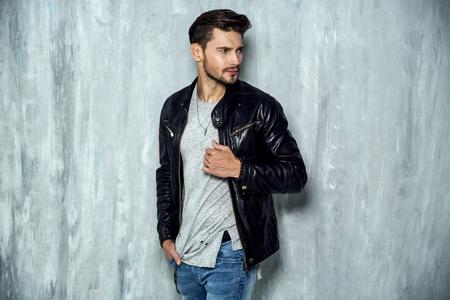 Photo de bel homme en veste de cuir noir Banque d'images - 62131490