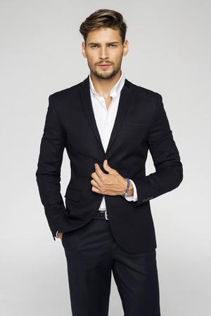 Portrait d'un homme beau en costume noir Banque d'images