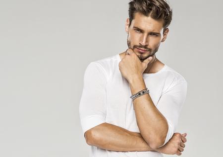 bel homme: Portrait de l'homme sexy Banque d'images