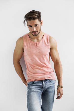 ropa de verano: Modelo masculino atractivo Foto de archivo