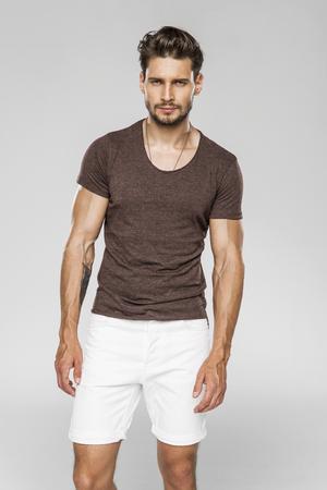 Apuesto modelo masculino