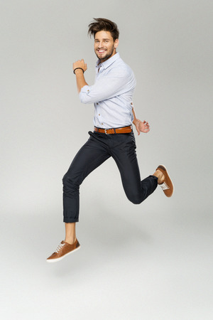Bel homme saut Banque d'images - 62132276