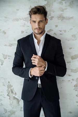 Portret sexy mężczyzna w czarnym garniturze