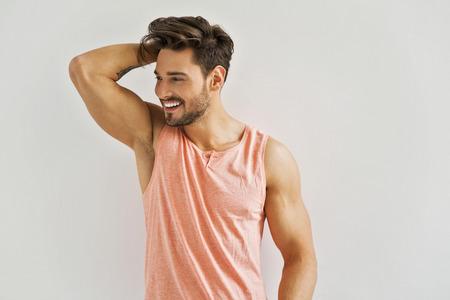 Knappe man met vrolijke glimlach Stockfoto
