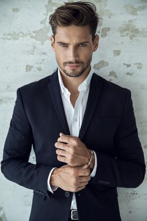 Portrait von sexy Mann im schwarzen Anzug Standard-Bild