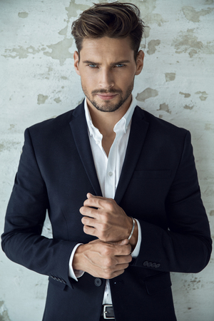 Portret sexy mężczyzna w czarnym garniturze Zdjęcie Seryjne