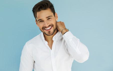Ritratto di donna sorridente modello maschile