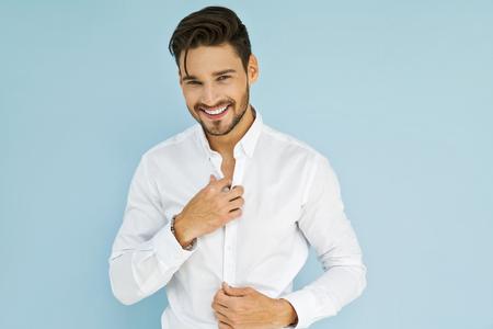 섹시 웃는 비즈니스 남자가 흰 셔츠를 입고