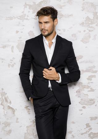 Retrato de hombre atractivo en traje negro