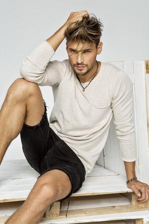 Retrato del modelo masculino hermoso de la moda Foto de archivo