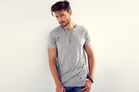 Modelo masculino atractivo