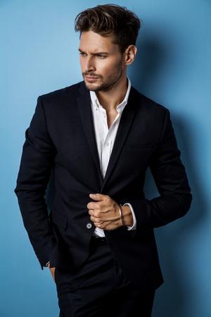 잘 생긴 남성 모델 검은 양복을 입고 스톡 콘텐츠