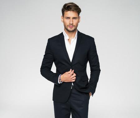 Portrait der Mann im schwarzen Anzug Standard-Bild - 62133620