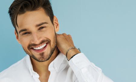 Portret van sexy lachende mannelijke model Stockfoto