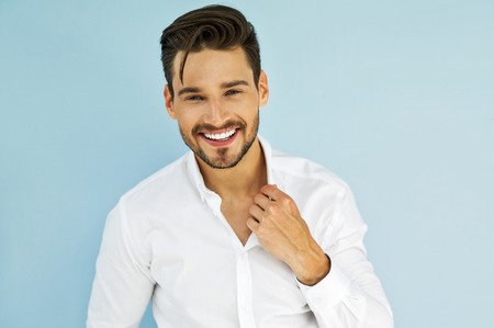 modelos masculinos: Modelo masculino sonriente atractiva Foto de archivo