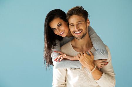 Retrato de una pareja hermosa sonriente