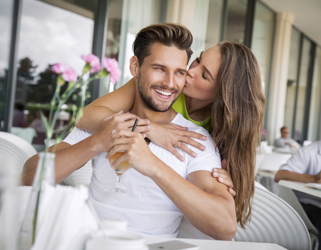 salud sexual: Mujer que besa al hombre guapo