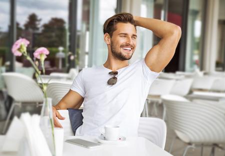 Retrato de hombre guapo sonriendo