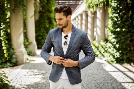 Portrait of handsome man buttoning jacket Stockfoto