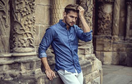 Apuesto modelo posando masculino