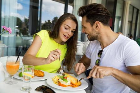 레스토랑에서 점심 식사를하는 아름다운 커플