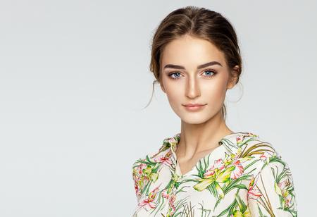 Ritratto di un bel giovane modello femminile Archivio Fotografico - 76408999