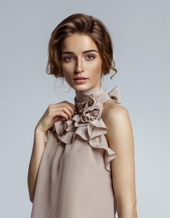 Schönheitsporträt des weiblichen Gesichtes mit natürlicher Haut Standard-Bild - 75259402