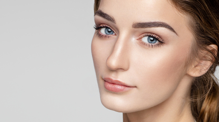 自然のきれいな肌を持つ女性の顔の美しさの肖像画 写真素材