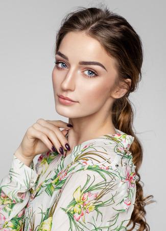 자연 깨끗한 피부와 여성의 얼굴의 아름다움 초상화
