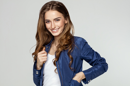Schoonheidsportret van glimlachend vrouwelijk gezicht met natuurlijke huid
