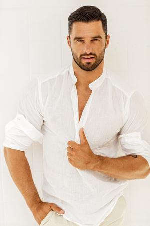 Handsome männliche Modell posiert Standard-Bild