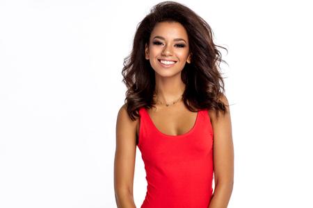 Ritratto di sorridente ragazza afroamericana indossare biancheria intima rossa isolato su sfondo bianco