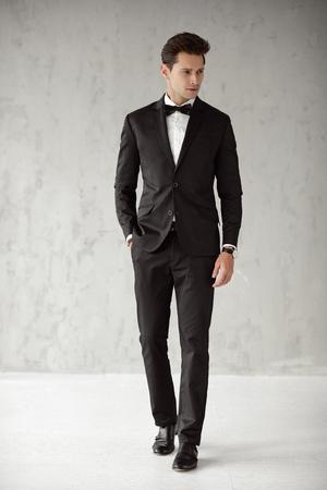 Hübscher Mann im schwarzen Anzug