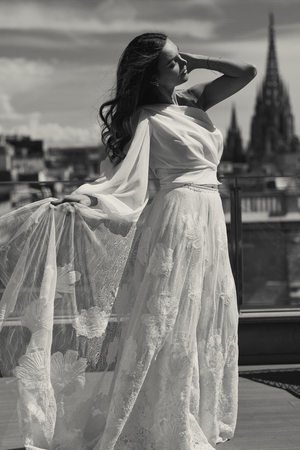 Black and white photo of young bride in white dress Stockfoto