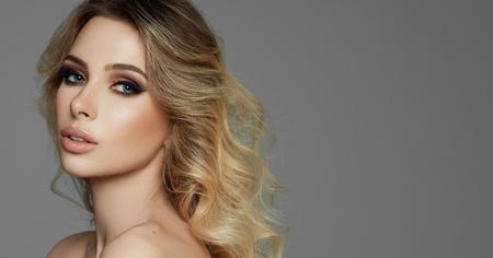 Retrato de belleza de mujer rubia de moda con pelo largo y rizado