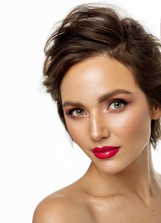Foto de rostro femenino con labios rojos aislado sobre fondo blanco.