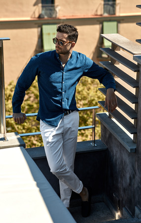 Handsome man posing outdoor in summer clothes, wear sunglasses Stockfoto
