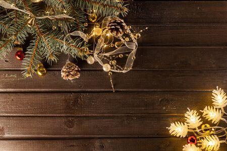 Christmas background on a wooden table and garlands Banque d'images - 138469496