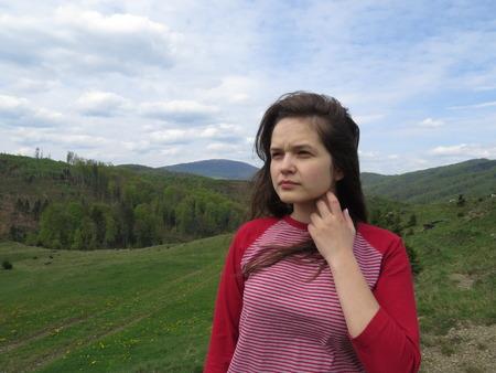 カルパティア山脈の女の子、強い風。