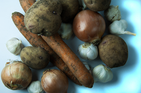Mixture of vegetables on a white background: potatoes, carrots, garlic, onions. Banque d'images - 96526113