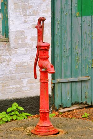 bomba de agua: Bomba de agua - Una vieja bomba de agua de color rojo