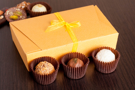 chocolate cookie: caramelos de chocolate hechas a mano en un cuadro negro. caja de bombones, de cerca