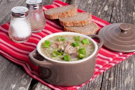 alimentos saludables: Mushroom crema de sopa en un taz�n de cerca horizontal Foto de archivo