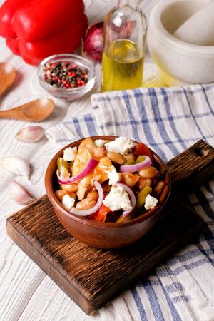 steel pan: freír, pollo, pimientos dulces, y, habas blancas, cicatrizarse, vertical, vista superior Foto de archivo