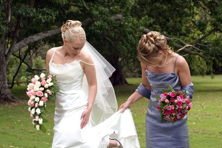 Bride e bridesmaid all'esterno